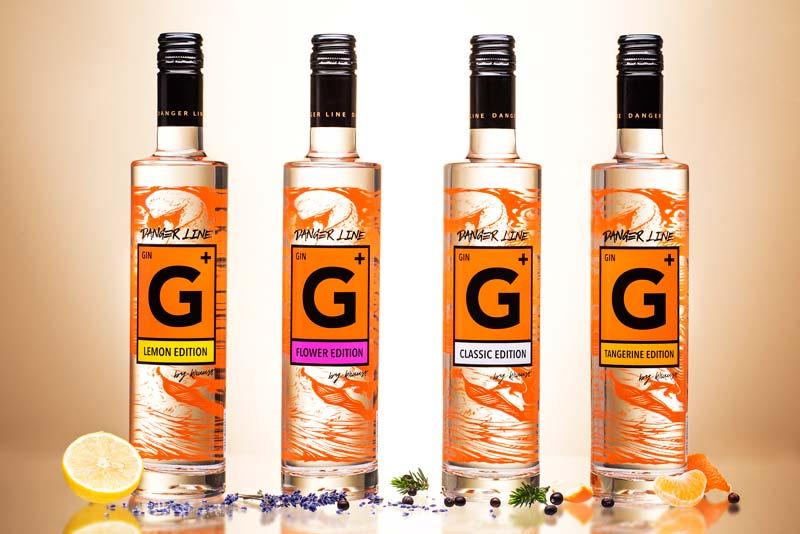 4 Flaschen Danger Line Gin der Distillery Krauss: Classic, Lemon, Tangerine und Flower. Je 500 ml. hohe, schlanke Flaschen