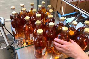 Image from the bottling of the Distillery Krauss. several filled rum bottles with a golden cap.