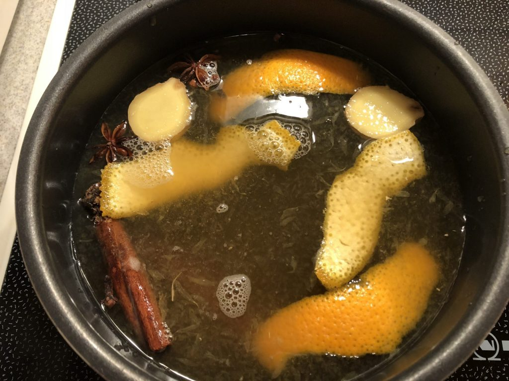 Glow gin in a pot with star anise, cinnamon, orange peel, ginger